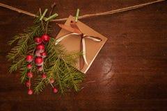 Rami del pino con le bacche e la cartolina di Natale Fotografia Stock