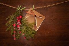 Rami del pino con le bacche e la cartolina di Natale Immagine Stock