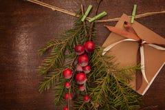Rami del pino con le bacche e la cartolina di Natale Immagini Stock Libere da Diritti