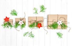 Rami del sempreverde della decorazione di natale dei regali del calendario di arrivo Immagine Stock