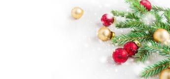 Rami dell'abete e palle di Natale su un fondo bianco Immagine Stock Libera da Diritti