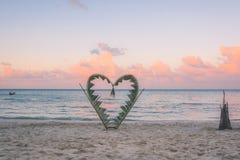 Rami della palma legati nella forma di un cuore sulla spiaggia Fotografie Stock Libere da Diritti
