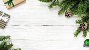 Rami di albero dell'abete di Natale con il fondo dei contenitori di regalo fotografia stock