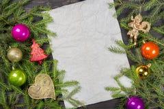 Rami di albero dell'abete di Natale, palle di Natale, decorazioni, struttura di angelo una vecchia carta, spazio della copia per  Immagine Stock