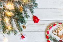Rami di albero dell'abete di Natale su fondo di legno rustico bianco con lo spazio della copia per testo immagine stock libera da diritti