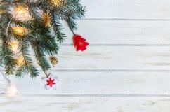 Rami di albero dell'abete di Natale su fondo di legno rustico bianco con lo spazio della copia per testo immagini stock libere da diritti