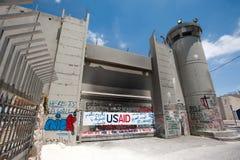 Rami di ulivo e barriera israeliana di separazione Fotografie Stock