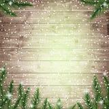 Rami e fiocchi di neve di albero dell'abete sul bordo di legno Fotografie Stock