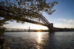 Rami, ponte del ponte del portone dell'inferno e di Triborough con il tramonto fotografia stock libera da diritti
