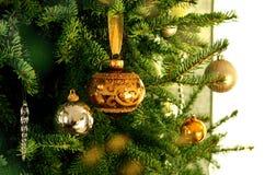 Ramificación adornada del árbol de navidad Fotografía de archivo libre de regalías