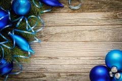Ramificación del árbol de navidad con las decoraciones Imágenes de archivo libres de regalías