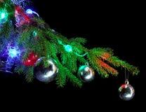 Ramificación del árbol de navidad con los ornamentos Imagen de archivo libre de regalías
