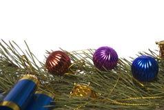 Ramificación del cedro de la Navidad con los ornamentos Fotos de archivo