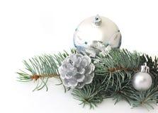 Ramificación del pino y decoraciones de plata de la Navidad Imagen de archivo libre de regalías