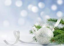 Ramificación de la Navidad de la cinta y de la chuchería del árbol Imágenes de archivo libres de regalías