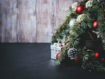Ramificaciones del árbol de navidad con las decoraciones Foto de archivo libre de regalías