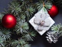 Ramificaciones del árbol de navidad con las decoraciones Imagen de archivo libre de regalías