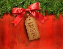 Ramificaciones del pino con la etiqueta del regalo Foto de archivo
