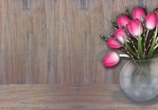 Ramificaciones rosadas del tulipán y del sauce en la textura de madera Imagen de archivo libre de regalías