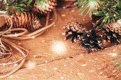 Ramificaciones y conos del abeto Tiempo festivo de la Navidad entonado selectivo Foto de archivo