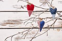 Ramifique com corações de matéria têxtil Fotografia de Stock Royalty Free