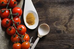 Ramifique com os tomates de cereja frescos Tomates vermelhos maduros Tomates A Imagens de Stock
