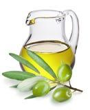 Ramifique con aceitunas y una botella de aceite de oliva Fotografía de archivo