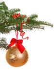 Ramifique con la bola de oro de la Navidad Imagen de archivo