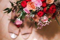 Ramillete nupcial del ramo con los zapatos de la boda Fotos de archivo