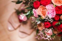 Ramillete nupcial del ramo con los zapatos de la boda Imagen de archivo libre de regalías