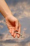ramiona szeroko rozpościerać klucz gospodarstwa obraz stock