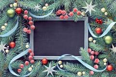 Ramita del abeto adornada con las chucherías, las bayas y las estrellas, pizarra, fotos de archivo libres de regalías