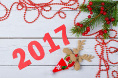 Ramita del abeto del Año Nuevo y bayas rojas en un fondo de madera Foto de archivo