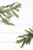 Ramita Spruce con los conos en el fondo de madera blanco Año Nuevo, la Navidad Imagen entonada, efecto de la película Imagenes de archivo