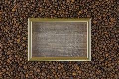 Ramkaffeböna med härlig bakgrundssikt för bilder från sidoträtabellen mot som kroken för hang för dollar för bakgrundsbetebegrepp Arkivbild