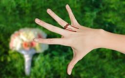 Rammarico per la sposa neo-fatta circa le nozze fotografia stock libera da diritti