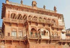 Ramnagar堡垒老墙壁与被雕刻的曲拱和阳台的在瓦腊纳西 库存照片