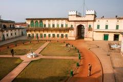 瓦腊纳西,印度:观看古老Ramnagar堡垒的区域战士和警察 免版税库存照片