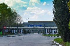 Ramnicu Valcea, Romaniia - 18 04 2019 - Fábrica de productos químicos de Oltchim fotos de archivo
