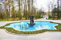 Ramnicu Valcea, Rumania 02 04 2019 - El parque hermoso de Zavoi en un d?a soleado de la primavera imagen de archivo