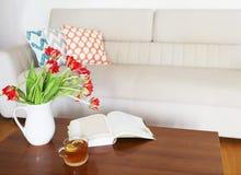 Ramo anaranjado hermoso de los tulipanes en la tabla de madera en el ro vivo Foto de archivo libre de regalías