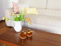 Ramo anaranjado hermoso de los tulipanes en la tabla de madera en el ro vivo Foto de archivo