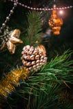 Ramo attillato con il cono e palle, luci festive sui precedenti fotografie stock