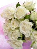 Ramo blanco puro de rosas en un fondo y un espacio blancos para el texto Imagen de archivo