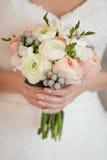 Ramo blando de rosas en manos del ` s de la novia Imagen de archivo libre de regalías