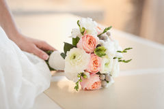 Ramo blando de rosas en manos del ` s de la novia Fotografía de archivo libre de regalías
