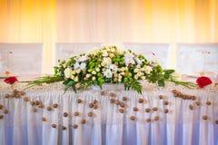 Ramo brillante de la flor en la tabla de la boda Fotografía de archivo