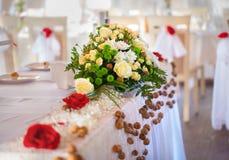 Ramo brillante de la flor en la tabla de la boda Imagen de archivo libre de regalías