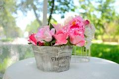 Ramo color de rosa artificial en el florero de madera fotos de archivo