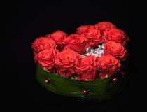 Ramo color de rosa de la decoración del día de tarjeta del día de San Valentín en negro Fotos de archivo libres de regalías